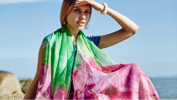 佩琪:紫色上衣配什么颜色围巾?