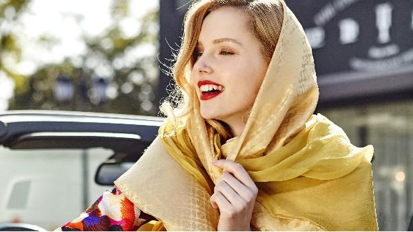 佩琪冬天流行的搭配-长款棉服搭配围巾