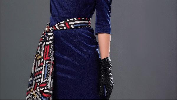 佩琪:夏季窄长丝巾的三种迷人搭配推荐
