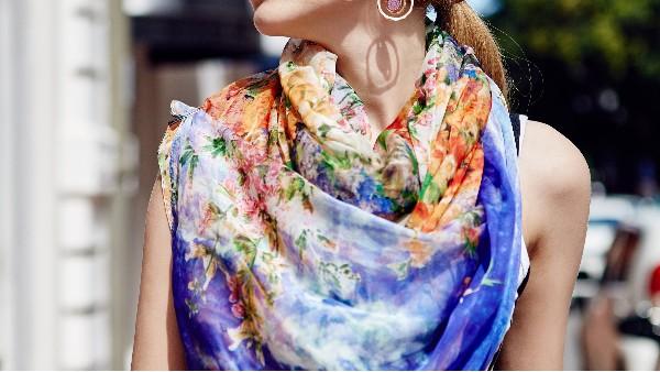佩琪:丝巾搭配掌握技巧,让你优雅又自信!