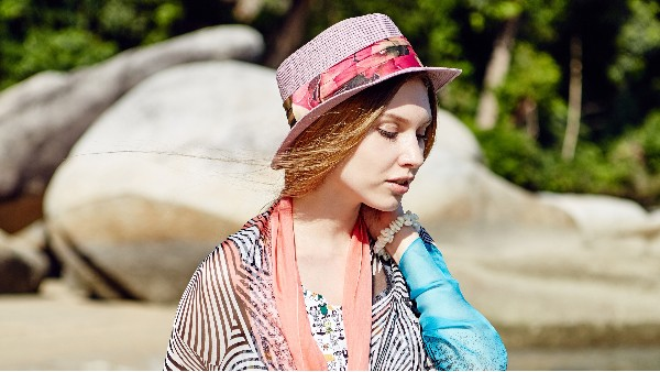 佩琪:戴帽子适合搭配什么发型?