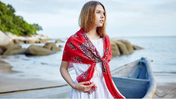 佩琪:高级感的丝巾怎样搭配?