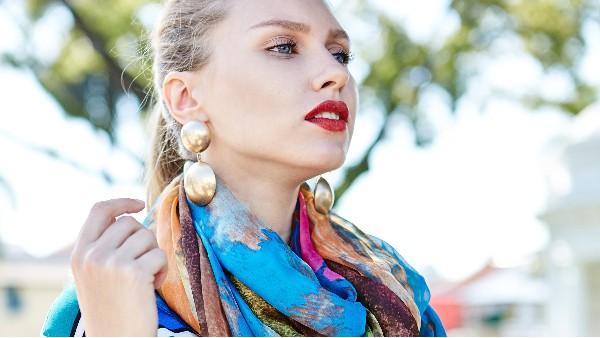 冬季最简单的几种围巾系法,搭配这4种发型可美了!