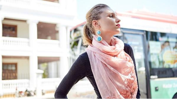 佩琪:今年流行西装+小丝巾