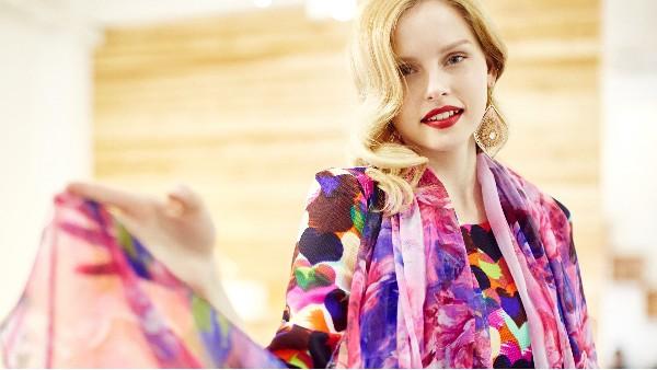 佩琪:秋冬丝巾的时尚运用