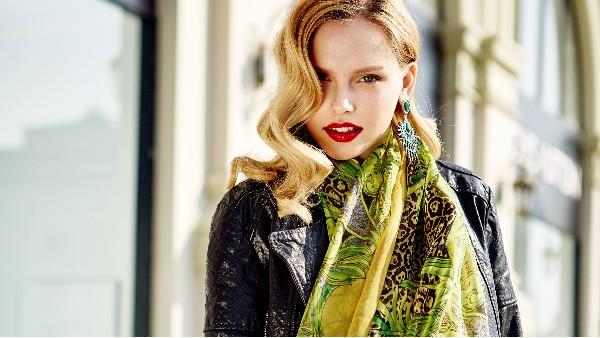 佩琪:秋冬季丝巾与服装搭配